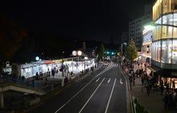 TÓQUIO - 24 DE NOVEMBRO: Estação de Harajuku da visita dos povos na noite Fotografia de Stock