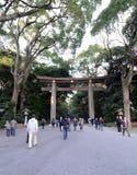 TÓQUIO - 23 DE NOVEMBRO: A porta de Torii em Meiji Jingu Fotografia de Stock Royalty Free