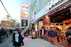 TÓQUIO - 24 DE NOVEMBRO: Povos, na maior parte jovens, caminhada através de Takeshi Fotos de Stock Royalty Free