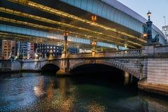 Tóquio entre a tradição e a modernidade Via expressa de Nihonbashi e de Shuto fotos de stock royalty free