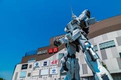 TÓQUIO JAPÃO - 1º DE AGOSTO DE 2018: Posição gigante bonita de Unicorn Gundam Model e da estátua na parte dianteira da compra do  fotos de stock