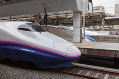 Tóquio, Japão - abril 1,2015: O trem de bala de Asama da série E2 para Hokuriku Shinkansen (Tóquio - rota de Nagano) na estação d Imagem de Stock