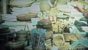 TÓQUIO, JAPÃO -1972: Artigos do turista e rua de madeira japoneses da cidade filme