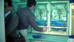 TÓQUIO, JAPÃO -1972: As máquinas de pinball japonesas do Pachinko aglomeram uma sala de estar do centro filme