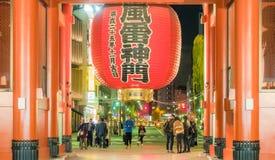 Tóquio Japão: a cena da noite dos povos toma a imagem na parte dianteira do SE Foto de Stock Royalty Free