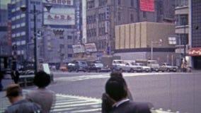 TÓQUIO, JAPÃO -1972: Cenas do centro urbanas dos homens de negócio que andam após quadros de avisos da tecnologia vídeos de arquivo