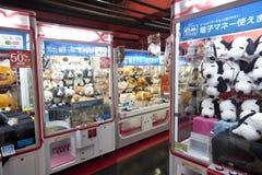 TÓQUIO, JAPÃO CIRKA MAIO DE 2016: Brinque a máquina de venda automática do jogo do guindaste no centro de jogo no Tóquio japão Imagens de Stock Royalty Free