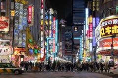 Tóquio, Japão - 24 de abril de 2017: Opinião da rua da noite de Kabukicho d fotografia de stock