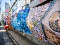 Tóquio, Japão - 14 de agosto de 2017: Feche acima dos guarda-chuvas sortidos que penduram de uma parede em seguido nas ruas do Tó Foto de Stock Royalty Free