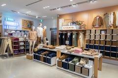 TÓQUIO, JAPÃO - 5 DE FEVEREIRO DE 2019: Interior da loja de GAP da área de Ginza do Tóquio japão fotos de stock royalty free