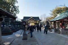 TÓQUIO, JAPÃO - 18 DE FEVEREIRO DE 2018: Santuário e povos de Ueno Toshogu que visitam este lugar foto de stock