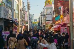 Tóquio, Japão - 26 de janeiro de 2016: Caminhada das multidões com Takeshita S Foto de Stock
