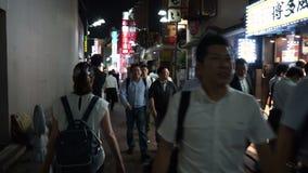 Tóquio, Japão - 20 de junho de 2018: Restaurantes e barra de passeio dos povos perto de Ueno na noite filme