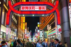 Tóquio Japão de Kabukicho Shinjuku, preparando-se para Japão 2020 olímpico imagem de stock