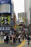 Tóquio, Japão - 12 de maio de 2017: A propaganda assina dentro o sho de Shibuya Fotografia de Stock