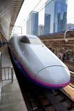 TÓQUIO, JAPÃO - 19 DE MAIO: Um trem puxa na estação do Tóquio o 19 de maio de 2016 no Tóquio, Japão Fotografia de Stock