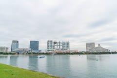 Tóquio, Japão - 16 de novembro de 2016: Barco do cruzeiro do Tóquio que cruza na parte dianteira Fotos de Stock Royalty Free
