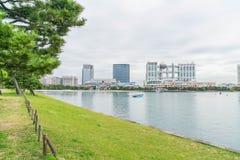 Tóquio, Japão - 16 de novembro de 2016: Barco do cruzeiro do Tóquio que cruza na parte dianteira Imagens de Stock