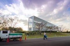 Tóquio, Japão - 26 de novembro de 2013: Construção da observação da visita dos povos no parque de Kasairinkai Imagens de Stock