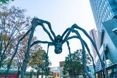 TÓQUIO, JAPÃO - 18 DE NOVEMBRO DE 2016: Maman - uma escultura da aranha perto Foto de Stock Royalty Free