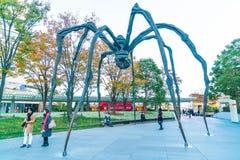 TÓQUIO, JAPÃO - 18 DE NOVEMBRO DE 2016: Maman - uma escultura da aranha perto Imagem de Stock Royalty Free
