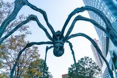 TÓQUIO, JAPÃO - 18 DE NOVEMBRO DE 2016: Maman - uma escultura da aranha perto Imagens de Stock