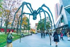 TÓQUIO, JAPÃO - 18 DE NOVEMBRO DE 2016: Maman - uma escultura da aranha perto Fotografia de Stock Royalty Free