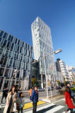 Tóquio, Japão - 24 de novembro de 2013: Os povos andam pela arquitetura futurista na rua de Omotesando Fotografia de Stock