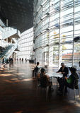 Tóquio, Japão - 23 de novembro de 2013: Os povos visitam Art Cen nacional Foto de Stock
