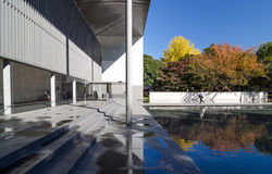 Tóquio, Japão - 22 de novembro de 2013: Os povos visitam a galeria de tesouros de Horyuji Fotos de Stock Royalty Free