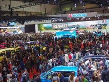 TÓQUIO, JAPÃO - 23 de novembro de 2013: Visitantes na exposição automóvel do Tóquio Foto de Stock