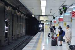 Tóquio, Japão: 13 de novembro de 2014 - a multidão de passageiros está esperando fotos de stock