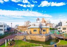 TÓQUIO, JAPÃO - 31 DE OUTUBRO DE 2017: Construção sob a forma de um navio em uma rua da cidade Copie o espaço para o texto imagens de stock