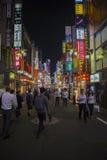TÓQUIO JAPÃO DE SHINJUKU 11 DE SETEMBRO: povos e vida noturna em sh Imagens de Stock Royalty Free
