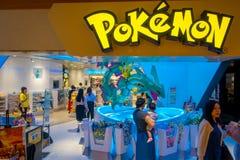 TÓQUIO, JAPÃO -28 JUNHO DE 2017: Loja bonita de Pokemon no aeroporto internacional de Kansai, com o pokemon do pikachu que invade fotos de stock