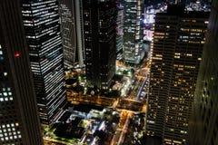 Tóquio, Japão - 02/03/2017: Nishi-Shinjuku na noite fotografia de stock royalty free