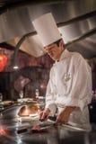 TÓQUIO, JAPÃO - novembro, 30, 2014: Cozinheiro chefe que cozinha a carne do wagyu Fotos de Stock Royalty Free