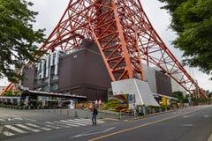 Tóquio - Japão, o 18 de junho de 2017: Turistas que passam pela cidade do pé Fotos de Stock Royalty Free
