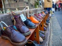 TÓQUIO, JAPÃO O 28 DE JUNHO - 2017: Venda que a segunda mão se veste na feira da ladra no parque de Yoyogi, Harajuku do vendedor  Fotografia de Stock Royalty Free