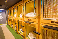 TÓQUIO, JAPÃO O 28 DE JUNHO - 2017: Vista interior do hotel de cápsula no centro da cidade Os hotéis de cápsula são estruturas me Foto de Stock Royalty Free
