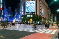 Tóquio, Japão, o 17 de novembro de 2016: Cruzamento de Shibuya da rua da cidade com Fotografia de Stock Royalty Free