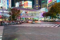 Tóquio, Japão, o 17 de novembro de 2016: Cruzamento de Shibuya da rua da cidade com Imagens de Stock Royalty Free