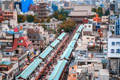 Tóquio, Japão 10 02 o mercado famoso do Tóquio 2018 com lembranças está na rua de Nakamise, Asakusa Trazendo para trás presentes  fotografia de stock