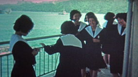 TÓQUIO, JAPÃO -1972: Visita de estudo japonesa das meninas da escola em um barco vídeos de arquivo