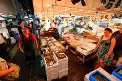 Tóquio: Mercado de peixes do marisco de Tsukiji imagem de stock royalty free