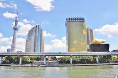 Tóquio Skytree, construção de Sumida Ward Office e Asahi Beer Hall fotos de stock royalty free