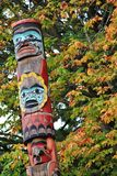 Tótem, color de la caída, hojas de otoño, paisaje de la ciudad en Stanley Paark, Vancouver céntrica, Columbia Británica imagenes de archivo
