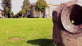 Tótem de piedra en parque almacen de metraje de vídeo