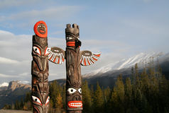 Tótemes nativos canadienses tradicionales en Sunwapta Falls Imágenes de archivo libres de regalías