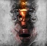 Tóxico. Un hombre en una careta antigás en el humo. fondo artístico imagenes de archivo